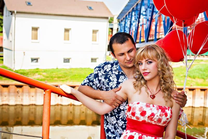 年轻浪漫夫妇 免版税库存图片