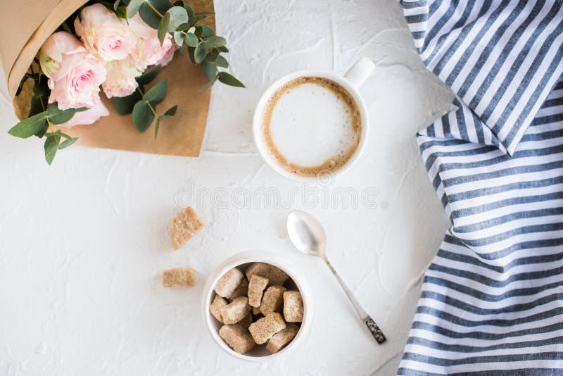 浪漫女性背景用咖啡和玫瑰 库存图片