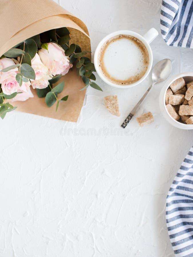 浪漫女性背景用咖啡和玫瑰 库存照片