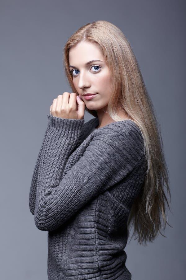 年轻浪漫妇女画象灰色羊毛毛线衣的 Beautif 免版税库存照片