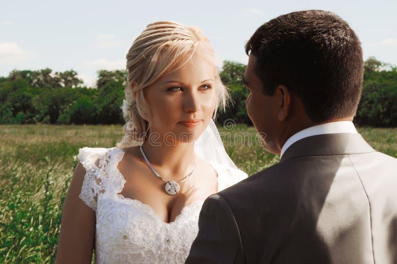 浪漫婚礼夫妇 免版税图库摄影