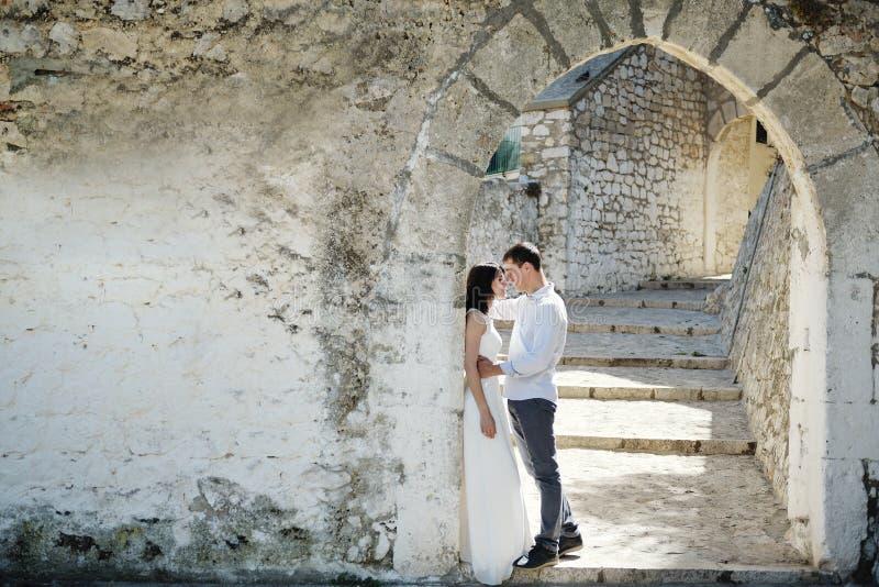 浪漫嫩夫妇在婚礼之日在斯佩尔隆加,意大利 免版税图库摄影