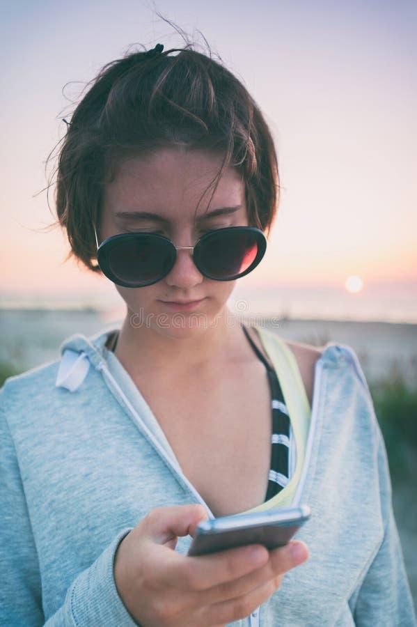 浪漫年轻俏丽的十几岁的女孩画象海滩的 库存照片