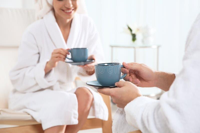 浪漫年轻在温泉沙龙的夫妇饮用的茶 库存图片