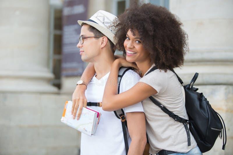 浪漫年轻夫妇外部大厦 免版税图库摄影