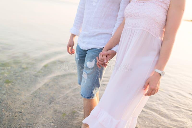 浪漫年轻夫妇室外射击  免版税库存图片