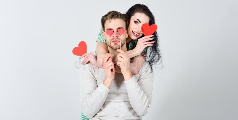 浪漫想法庆祝情人节 男人和妇女夫妇在爱举行红心华伦泰卡片白色背景中 免版税库存图片