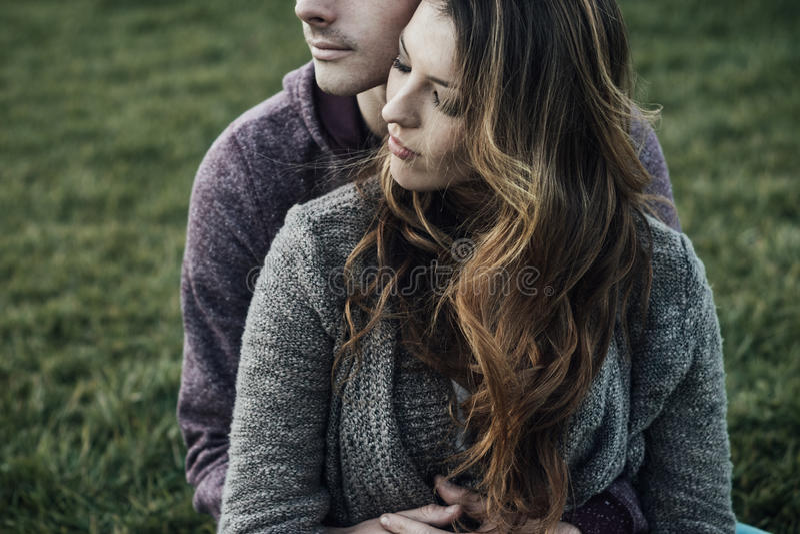 浪漫户外的夫妇 图库摄影