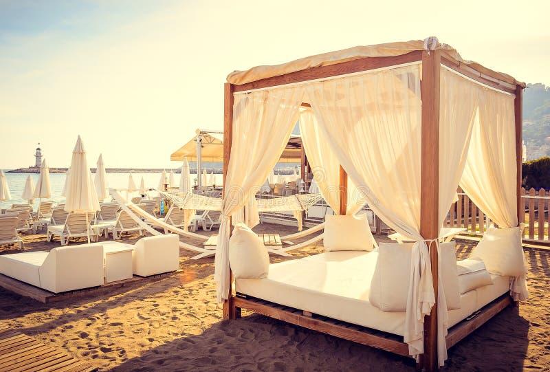浪漫放松在海滩床上 免版税图库摄影