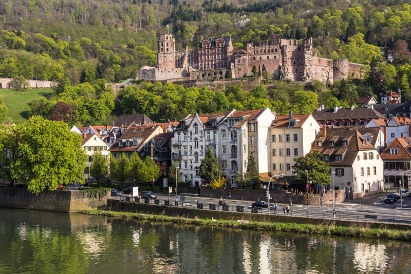 浪漫新生海得尔堡城堡-著名大学城市的地标,从老桥梁的图横跨内卡河, G 免版税库存图片