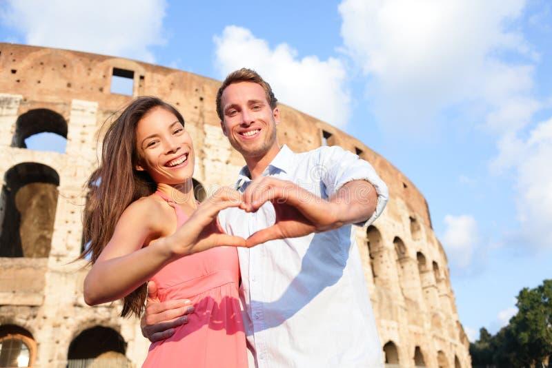 浪漫旅行夫妇在罗马罗马斗兽场,意大利 库存照片