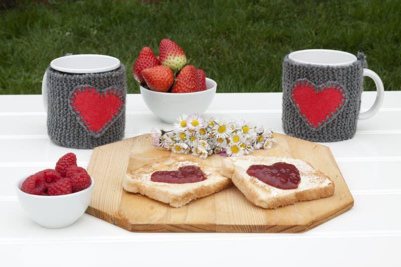 浪漫早餐在庭院里 免版税图库摄影