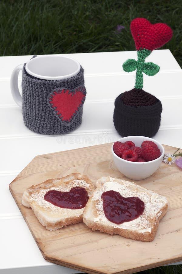 浪漫早餐在庭院里 免版税库存照片