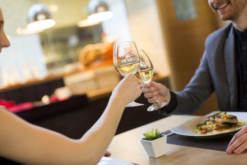 浪漫晚餐在餐馆 免版税库存照片