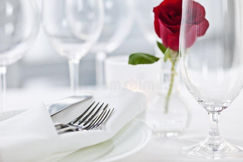 浪漫晚餐设置在餐馆 免版税库存图片