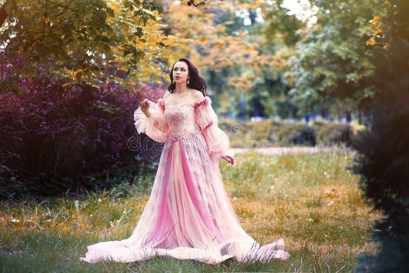 浪漫桃红色礼服的妇女 免版税库存图片