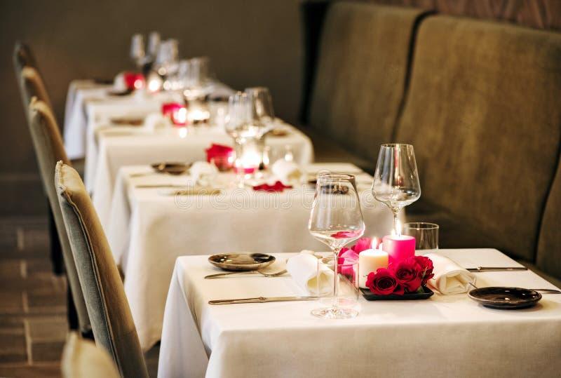 浪漫桌设置在餐馆 库存图片