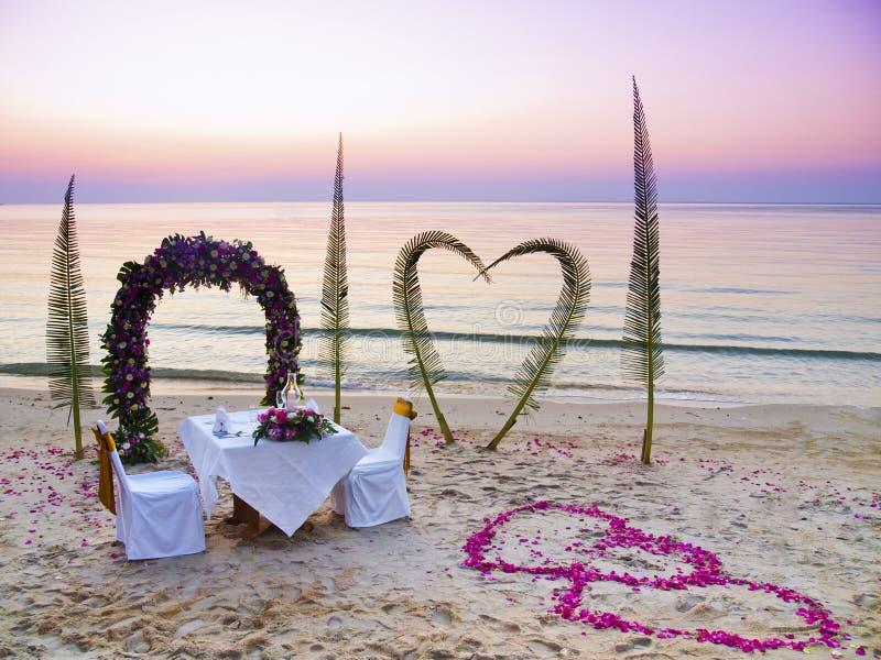 浪漫海滩的正餐 图库摄影