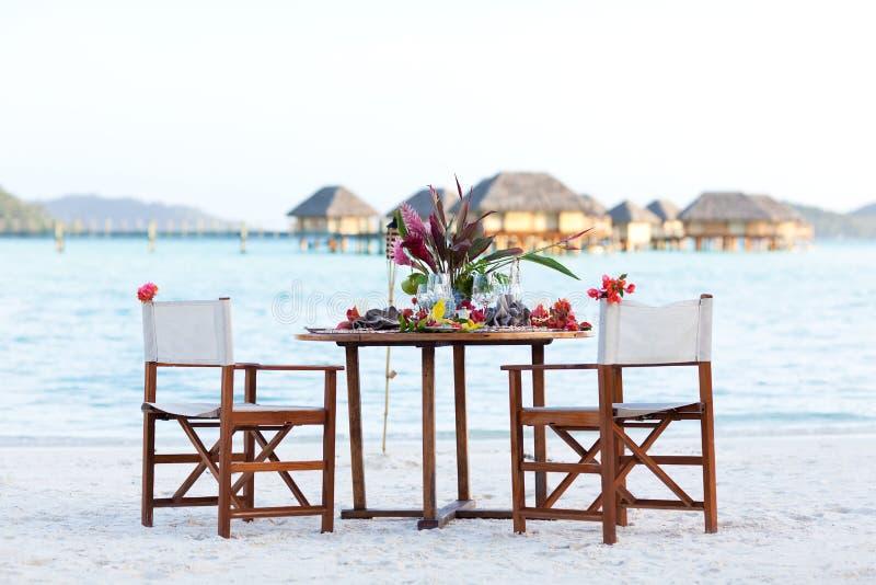 浪漫海滩的正餐 库存照片