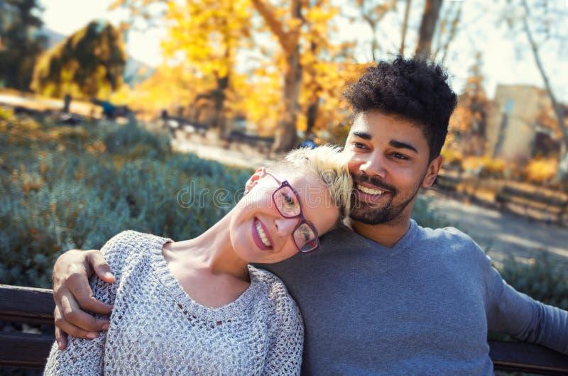 浪漫混合的族种年轻人夫妇室外画象  库存照片