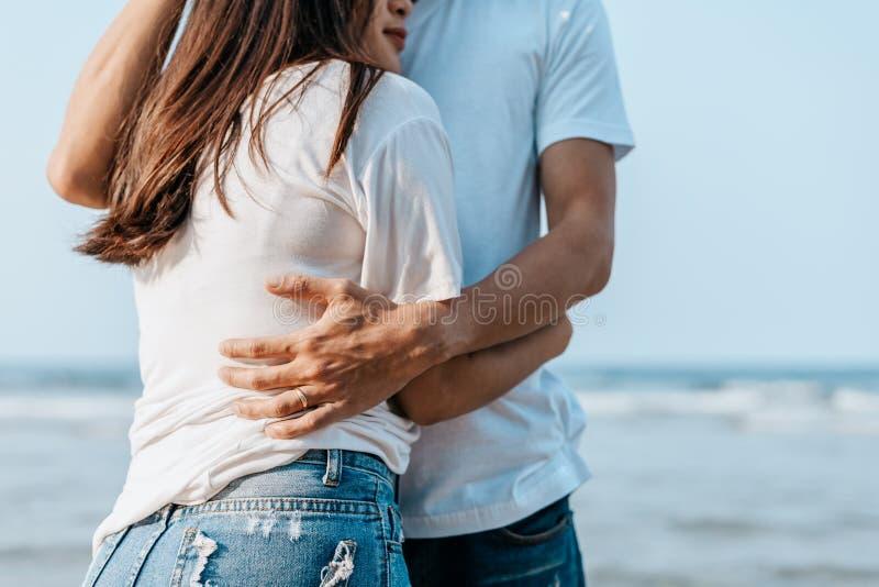 浪漫的情侣在沙滩上拥抱 免版税库存照片