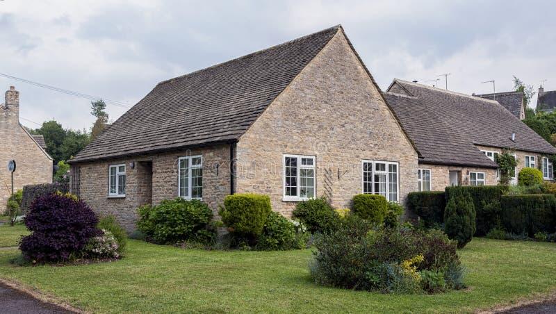 浪漫石村庄在可爱的Burford村庄,科茨沃尔德,牛津郡, 图库摄影