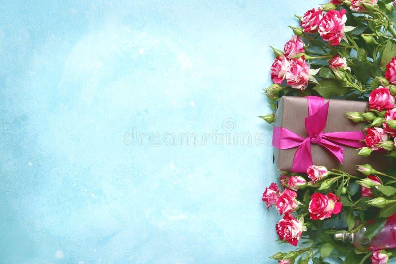 浪漫礼物:桃红色玫瑰和糖果花束  与c的顶视图 库存照片