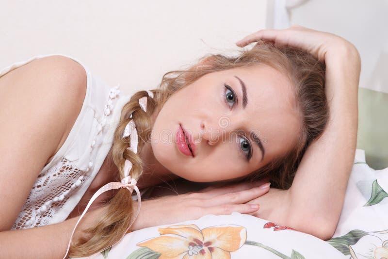 浪漫美丽的女孩 免版税图库摄影