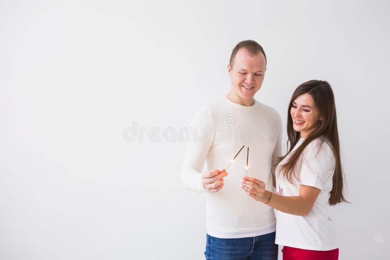 浪漫美好的夫妇有日期情人节 拿着在白色背景的男人和妇女闪烁发光物与拷贝 免版税图库摄影