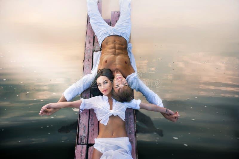浪漫美好的夫妇 免版税库存照片