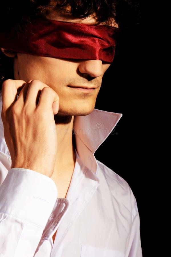 浪漫蒙住眼睛的英俊的人的纵向 免版税库存图片