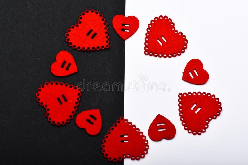 浪漫问候 情人节心脏背景 flatlay最小的被称呼的情人节 框架由心脏做成 爱 库存图片