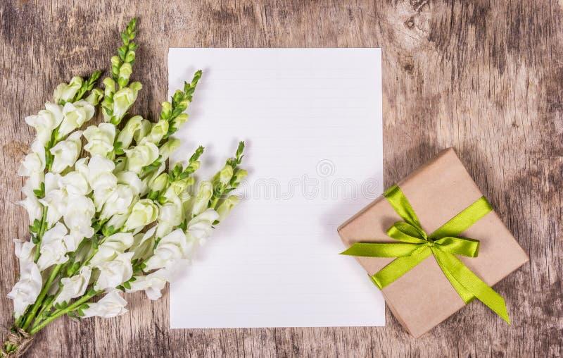 浪漫集合、精美白花、礼物盒和空白的纸片 复制空间 图库摄影