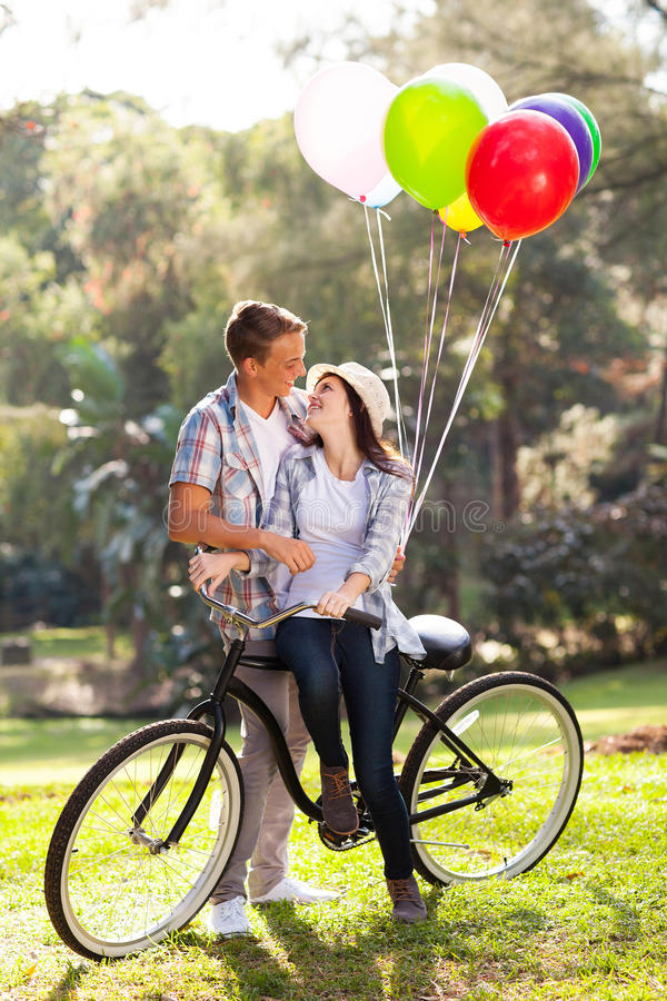 浪漫青少年的夫妇 免版税库存照片