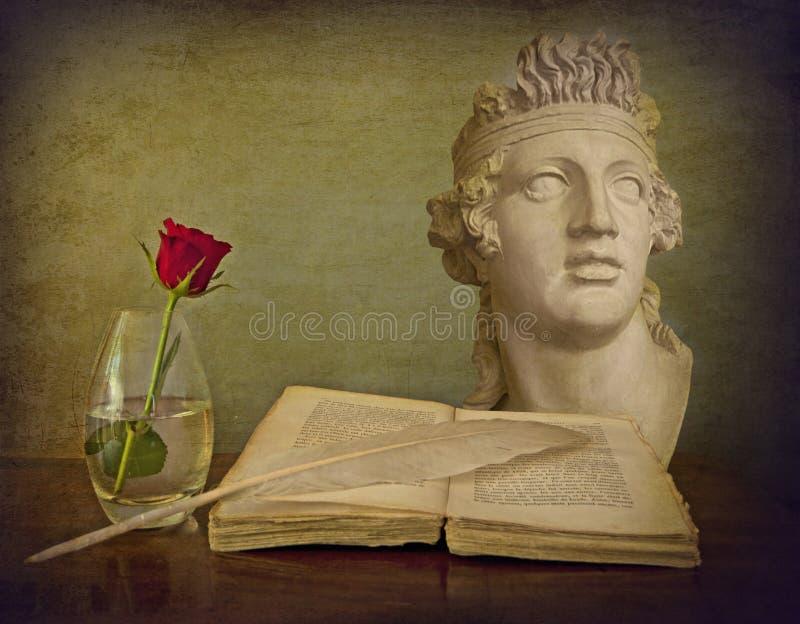 浪漫静物画,古色古香的书,纤管,红色玫瑰,大理石胸象 库存图片