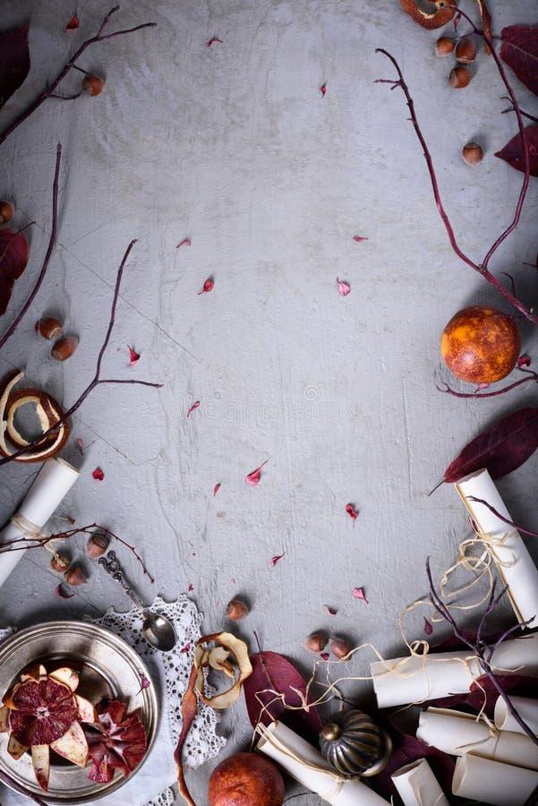 浪漫食物框架-榛子,在土气桌,顶视图上的红色桔子 餐馆菜单嘲笑 复制空间 免版税库存图片