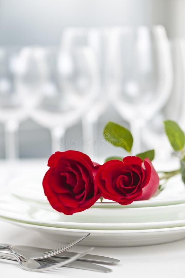 浪漫餐馆晚餐设置 库存照片