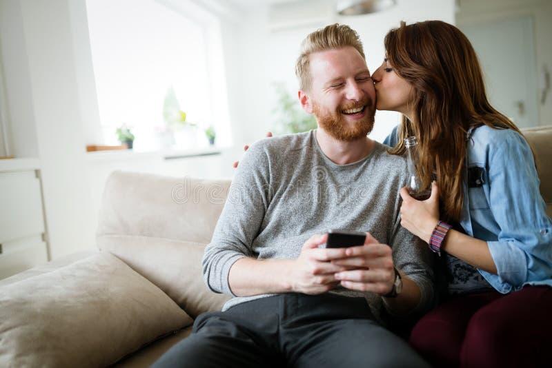浪漫年轻夫妇表现出他们的爱通过亲吻 库存图片