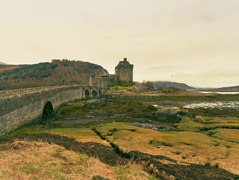 浪潮在爱莲・朵娜的湖防御,苏格兰 普遍的石桥梁 免版税图库摄影