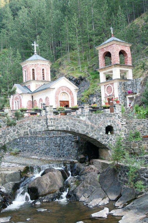 浪端的白色泡沫的水源在莫卡尔山古拉,塞尔维亚附近的 库存图片