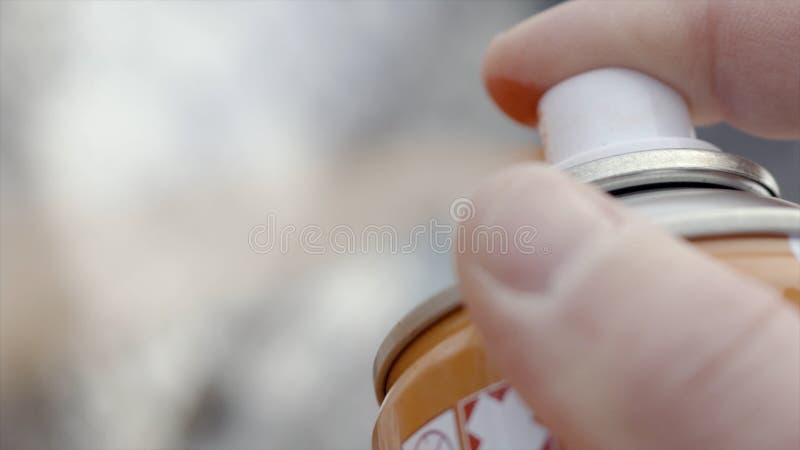 浪花的手指特写镜头从罐头的油漆 r 街道艺术艺术家画与瓶喷漆 街道艺术  免版税库存照片