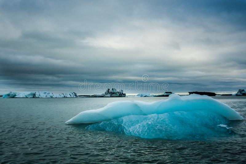 浮动冰山在蓝色盐水湖 免版税库存照片
