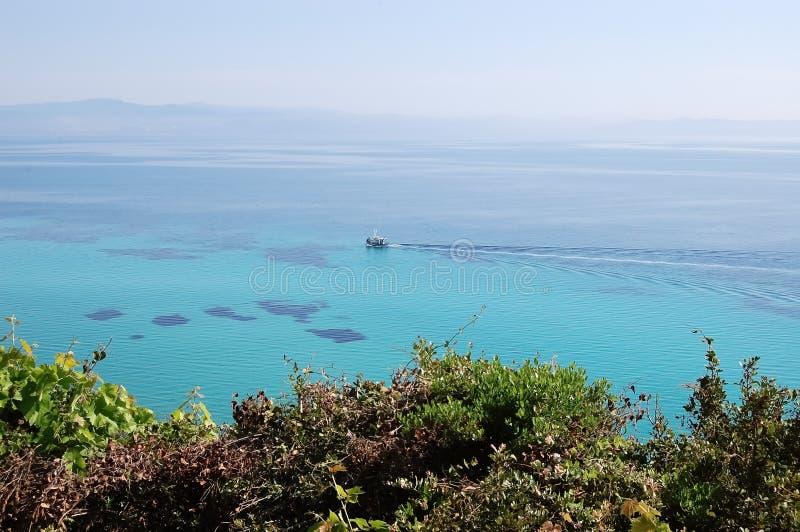 浮动小船和绿松石干净的海的看法在希腊 免版税库存照片