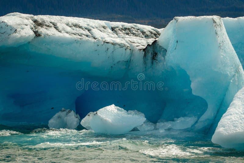 浮动巨大的蓝色浮冰在威廉王子湾,阿拉斯加 免版税图库摄影