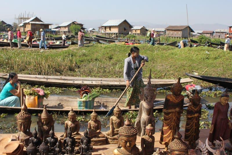 浮动市场和小船纪念品卖主在Inle,掸邦 免版税库存照片