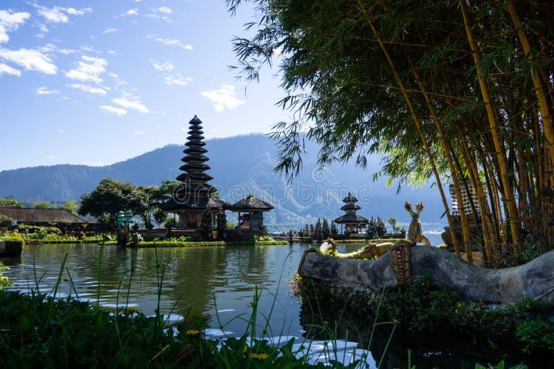 浮动普拉Ulun Danu,在湖Bratan,Bedugul,巴厘岛,印度尼西亚的印度寺庙的两个尖顶 免版税图库摄影
