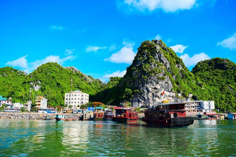 浮动村庄和岩石海岛在下龙湾,越南,东南亚 免版税库存照片