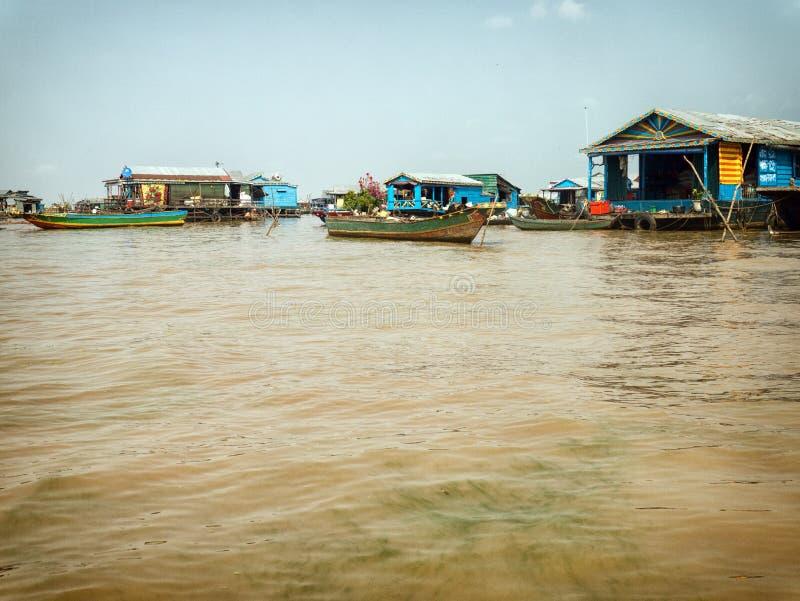 浮动村庄在Tonle Sap湖,柬埔寨 免版税库存照片