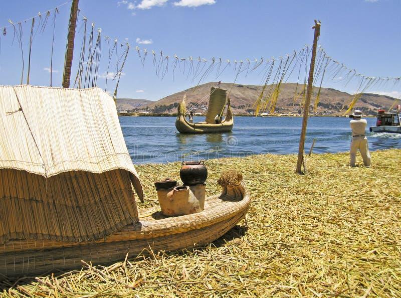 浮动海岛芦苇的小船 免版税库存照片