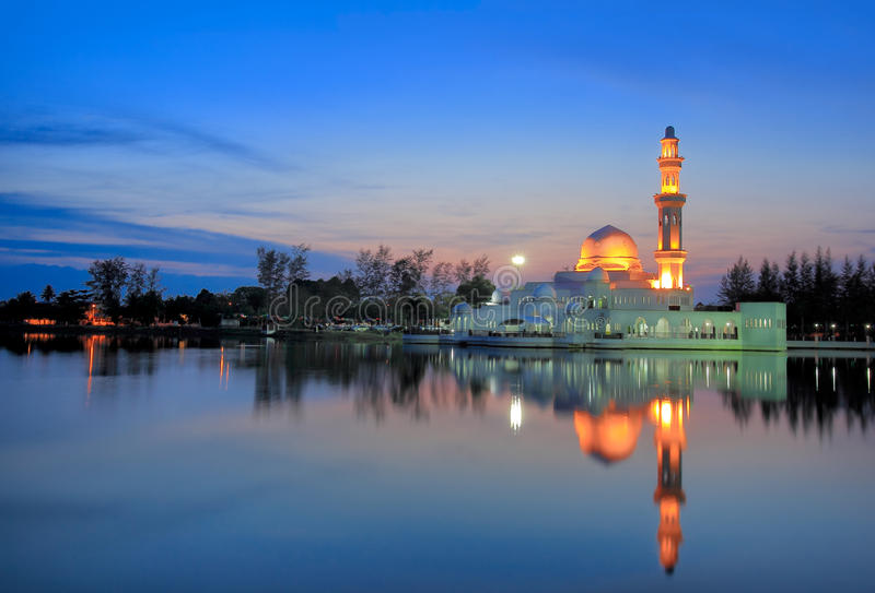 浮动清真寺日落视图  免版税库存图片